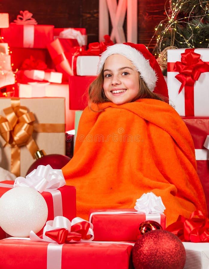 Happy winter Santaland Diaries schattige kerstklep kleine meid santa hat verblijfplaats van santa claus stock foto's