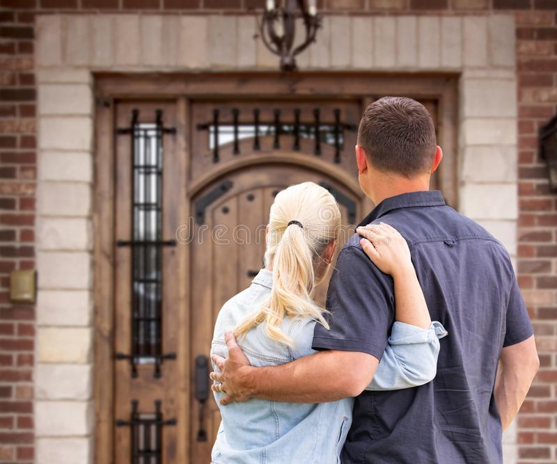 Happy Young Couple Facing Front door New House stock foto
