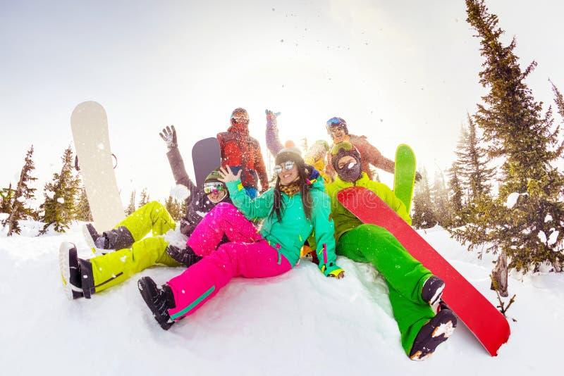 Hapy przyjaciół ośrodka narciarskiego zimy sportów wakacje zdjęcie stock