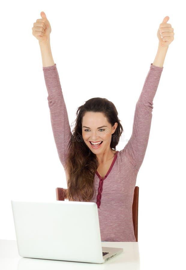 hapyy lap-top που χρησιμοποιεί πολύ τη γυναίκα στοκ φωτογραφία με δικαίωμα ελεύθερης χρήσης