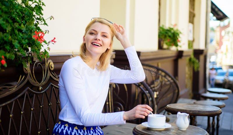 Har den eleganta lyckliga framsidan för kvinnan kaffekaféterrassen utomhus Råna av bra kaffe i morgon ger mig energiladdningen fl arkivfoton