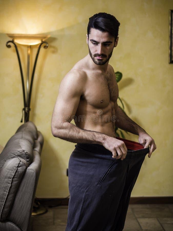 Har den färdiga mannen för Shirtless barn borttappad vikt royaltyfri foto