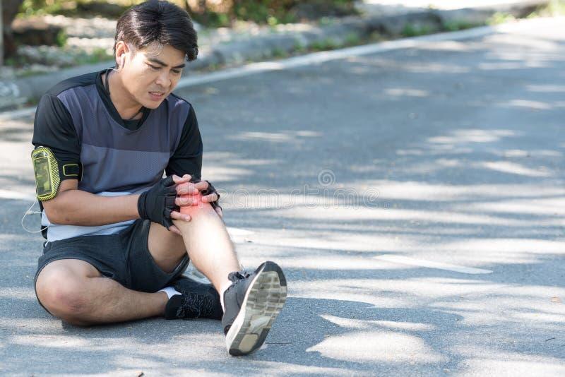 Har löparen Asien för den unga mannen inflammation och bulnad att orsaka en smärta fotografering för bildbyråer