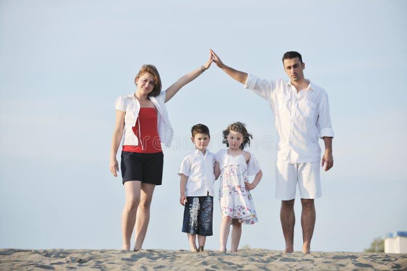 har roligt lyckligt för strandfamilj solnedgångbarn fotografering för bildbyråer