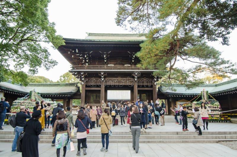 HARAJUKU, ТОКИО - 20-ОЕ НОЯБРЯ: Люди посещая святыню Meiji Jingu стоковая фотография