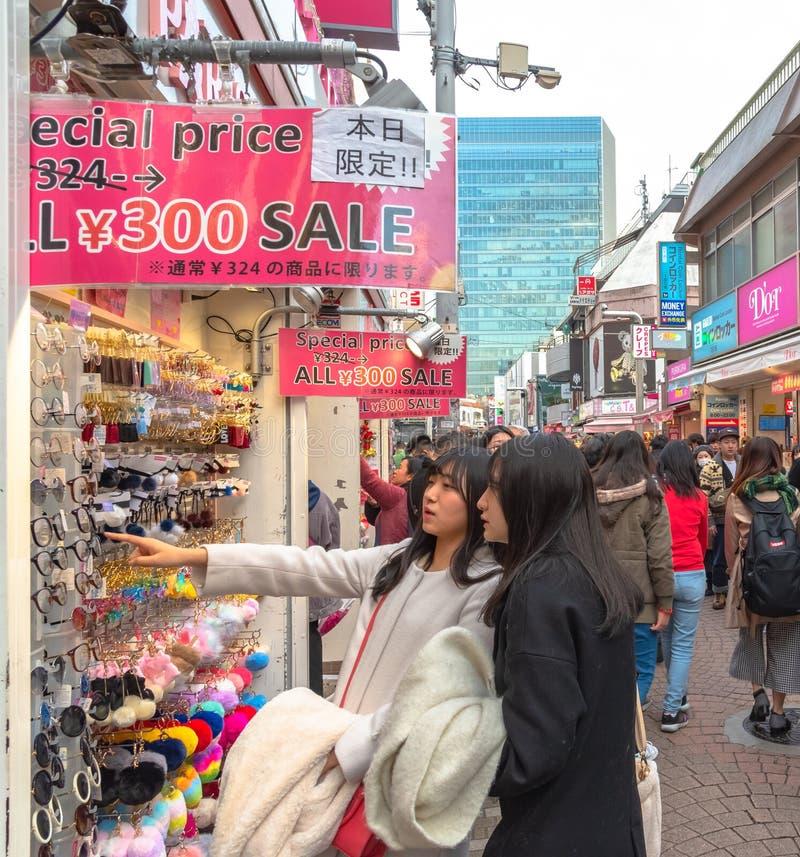 Harajuku, Tokyo, Japan - 21 December 2018: De mening van de Harajukustraat stock foto's