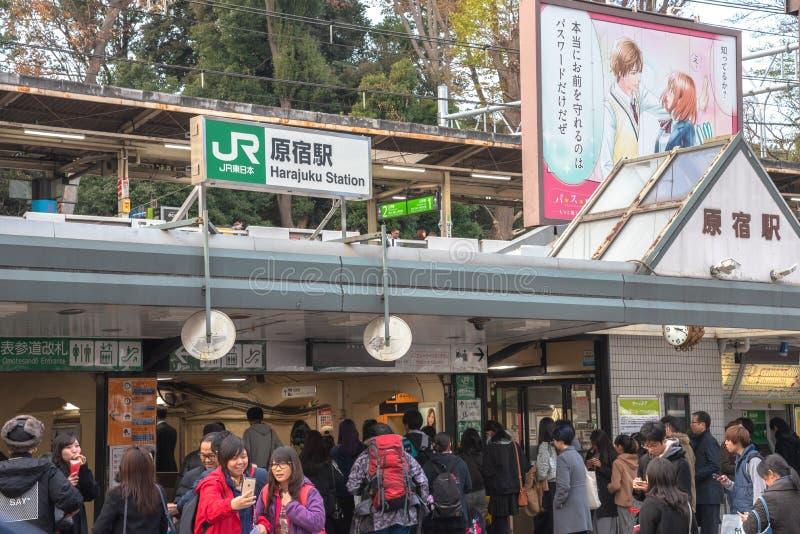 Harajuku, Tokyo, Japan - 21 December 2018: De mening van de Harajukustraat wanneer de draaien van de ginkgoboom geel in daling va royalty-vrije stock foto