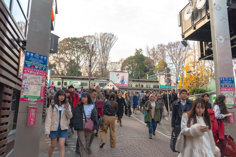Harajuku, Tokyo, Japan - 21 December 2018: De mening van de Harajukustraat wanneer de draaien van de ginkgoboom geel in daling va royalty-vrije stock afbeeldingen