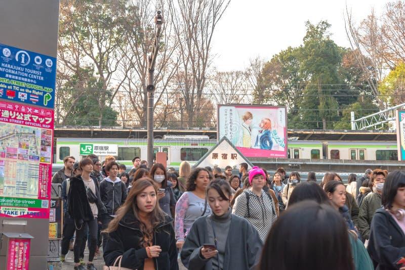 Harajuku, Tokyo, Japan - 21 December 2018: De postmening van Tokyo Harajuku wanneer de draaien van de ginkgoboom geel in daling v stock afbeelding