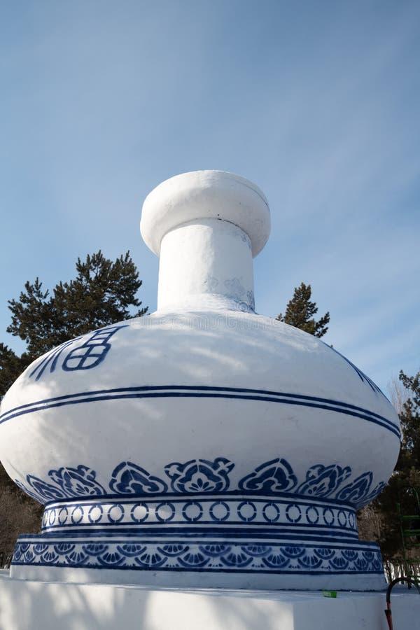 Harbbing Zamraża annd Śnieżnego festiwal - masywna śnieżna rzeźba zaokrąglony Porcelanowy słój, dnia jasny niebieskie niebo zdjęcie royalty free