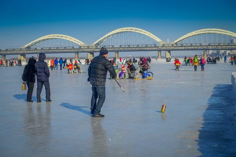 Harbin, China - Februari 9, 2017: Tol op ijs op bevroren rivier Songhua tijdens de wintertijd stock foto