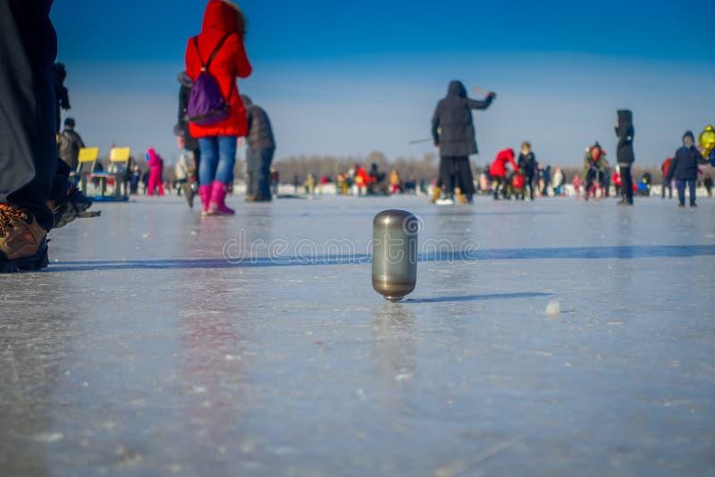 Harbin, China - Februari 9, 2017: Tol op ijs op bevroren rivier Songhua tijdens de wintertijd stock foto's