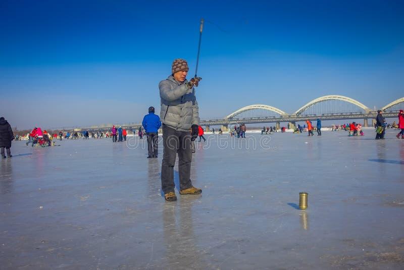 Harbin, China - Februari 9, 2017: Tol op ijs op bevroren rivier Songhua tijdens de wintertijd stock fotografie