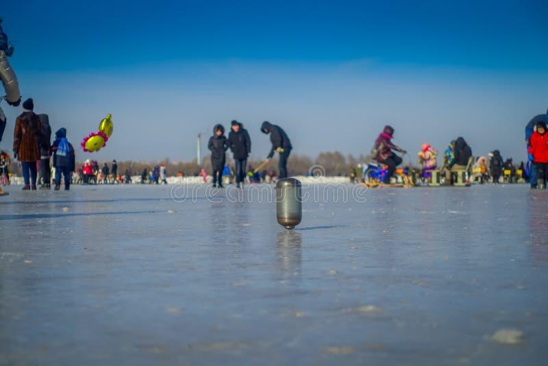 Harbin, China - Februari 9, 2017: Tol op ijs op bevroren rivier Songhua tijdens de wintertijd stock afbeeldingen