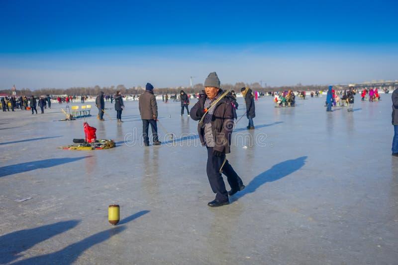 Harbin, China - Februari 9, 2017: Tol op ijs op bevroren rivier Songhua tijdens de wintertijd stock afbeelding