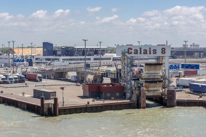 Harbor Calais con i camion che aspettano l'imbarco al traghetto Inghilterra immagini stock