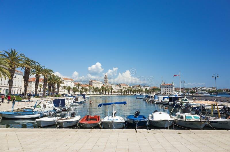 Harbor con le barche ed il cielo blu nella spaccatura Croazia Europa fotografia stock libera da diritti