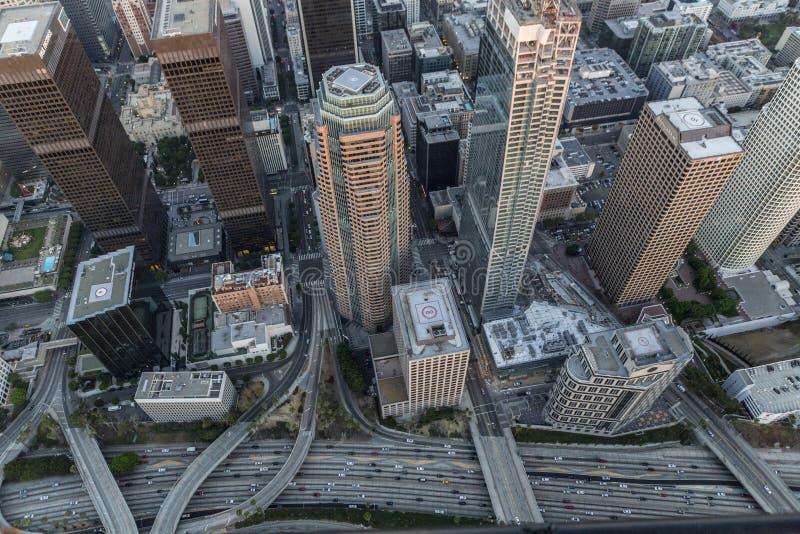 Harbor Freeway de Los Angeles e torres do centro imagem de stock royalty free