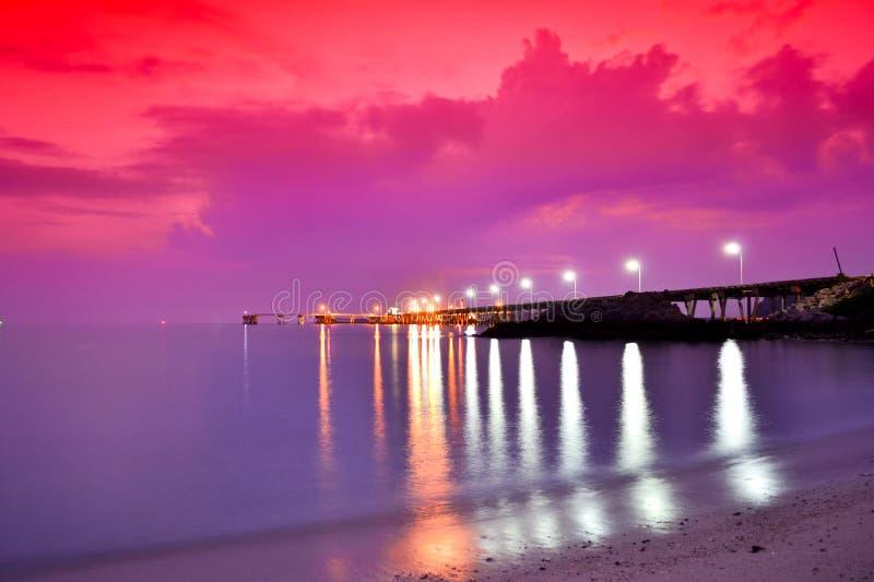 Harbor la pesca in sera. fotografia stock