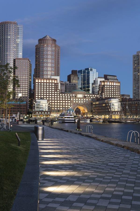 Harborwalk in Boston an der Dämmerung lizenzfreie stockfotografie