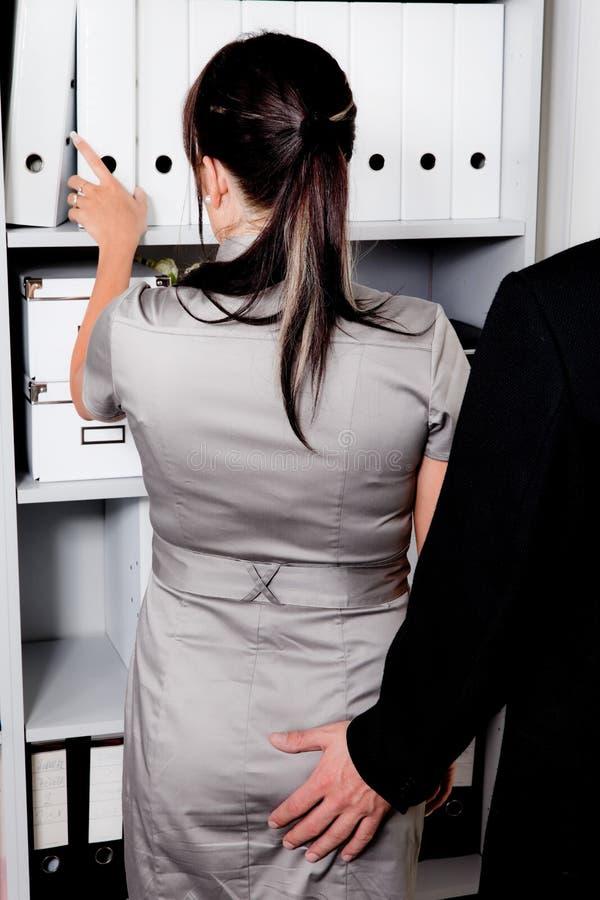 Harcèlement sexuel au travail dans le bureau images stock