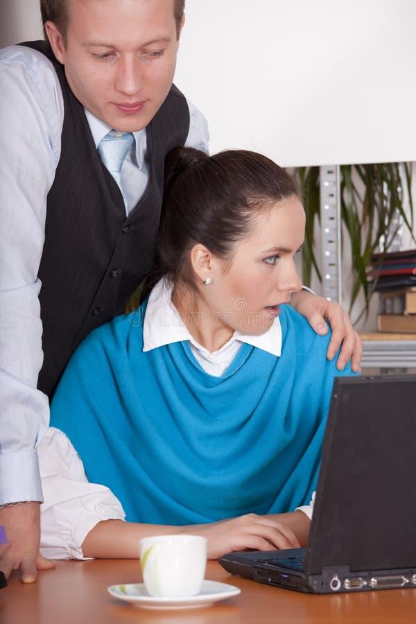 Harcèlement sexuel dans le bureau photo stock