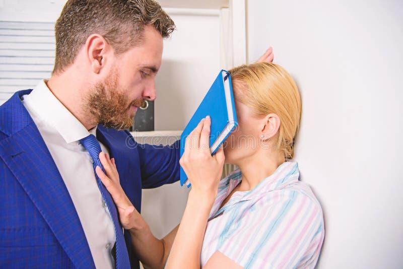 Harc?lement sexuel au bureau Victime d'agression sexuelle et de harc?lement sur le lieu de travail Fou au coll?gue photo stock