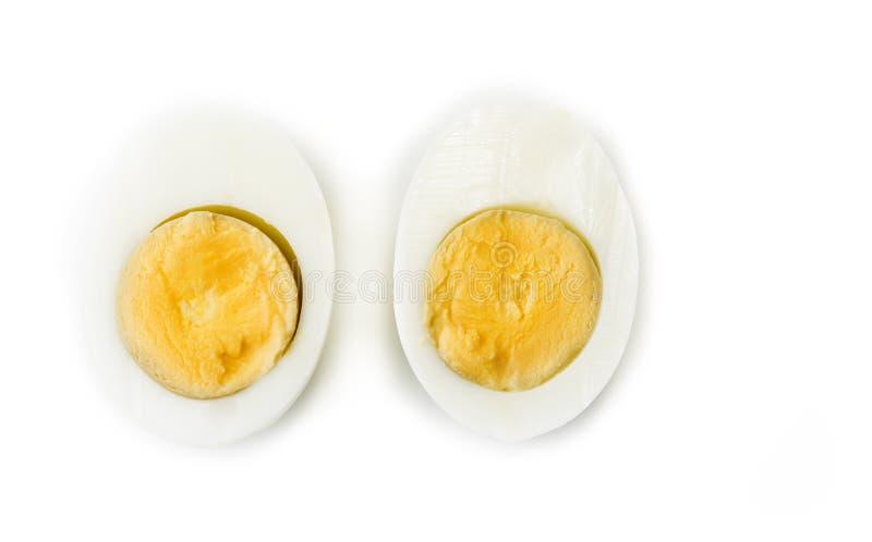 Hard gekookt die ei in de helften op het wit wordt gesneden stock afbeeldingen