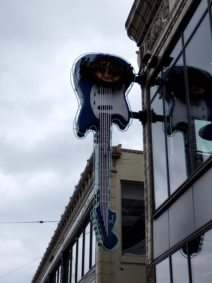 Hard Rock Cafe - neongitarrtecken royaltyfri bild