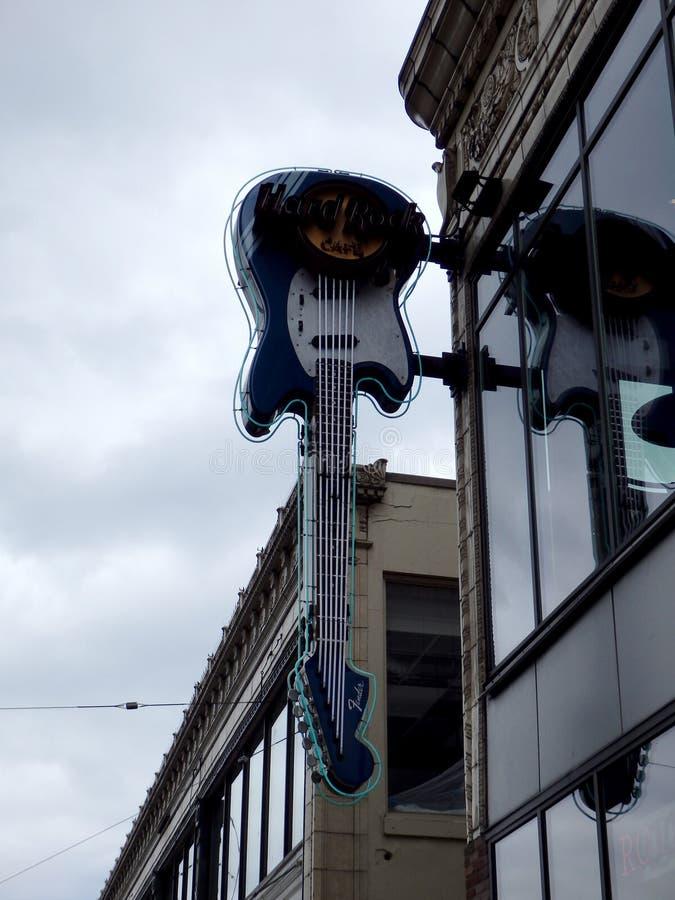 Hard Rock Cafe - signe au néon de guitare image libre de droits