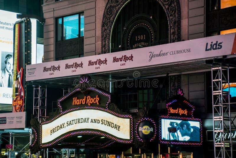 Hard- Rock Cafetimes square durch Skyline 25 Nacht-New York City Vereinigte Staaten 05 2014 lizenzfreie stockfotos