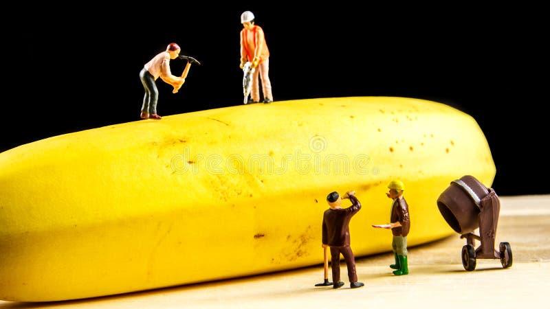 Hard team die de beste banaan mogelijk werken te maken royalty-vrije stock foto's