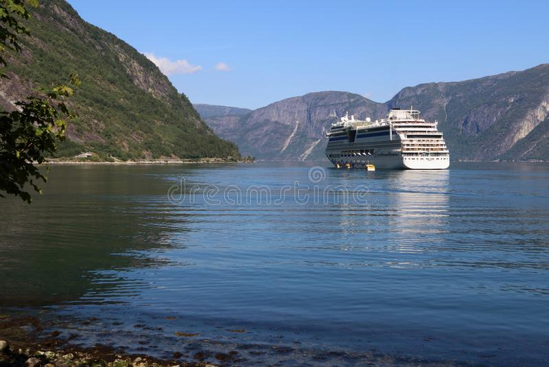 Hardangerfjord με ένα όμορφο κρουαζιερόπλοιο στοκ φωτογραφίες