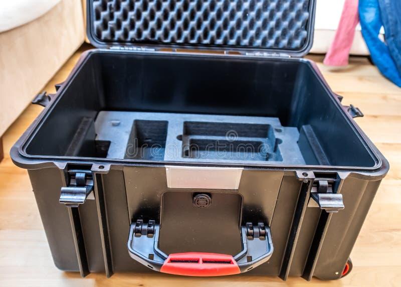 Hardcase g?n?rique avec la marqueterie de mousse pour l'equipement technique comme des cam?ras et des bourdons photographie stock