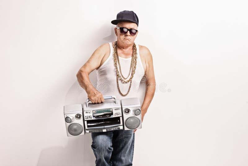 Hardcore hogere rapper die een gettozandstraler houden stock fotografie