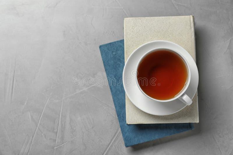 Hardcover-Bücher und Tasse Tee auf Steinboden, TopAussicht Textbereich stockfotos