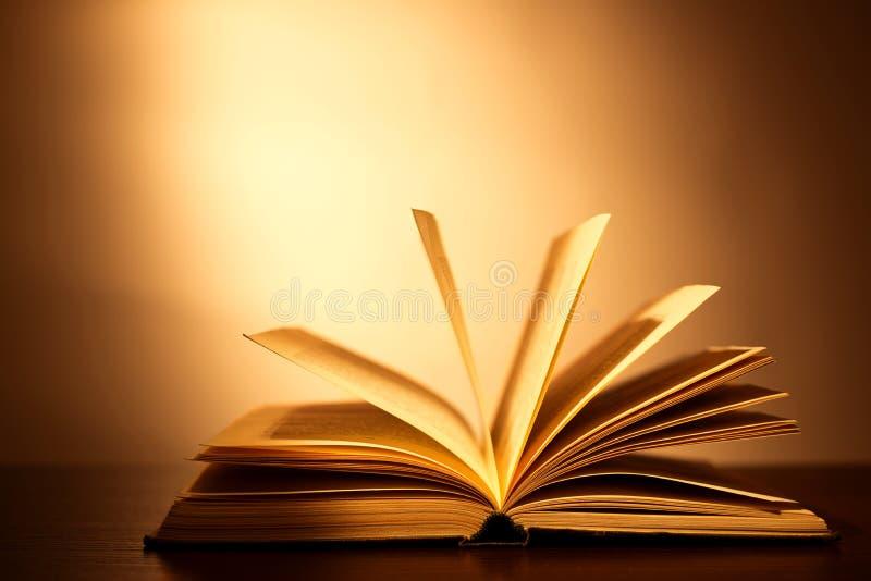 Hardcoverboek die open op zijn dekking liggen stock fotografie