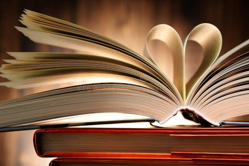 Hardcoverboek met twee die pagina's in de vorm van hart worden gevormd royalty-vrije stock foto's