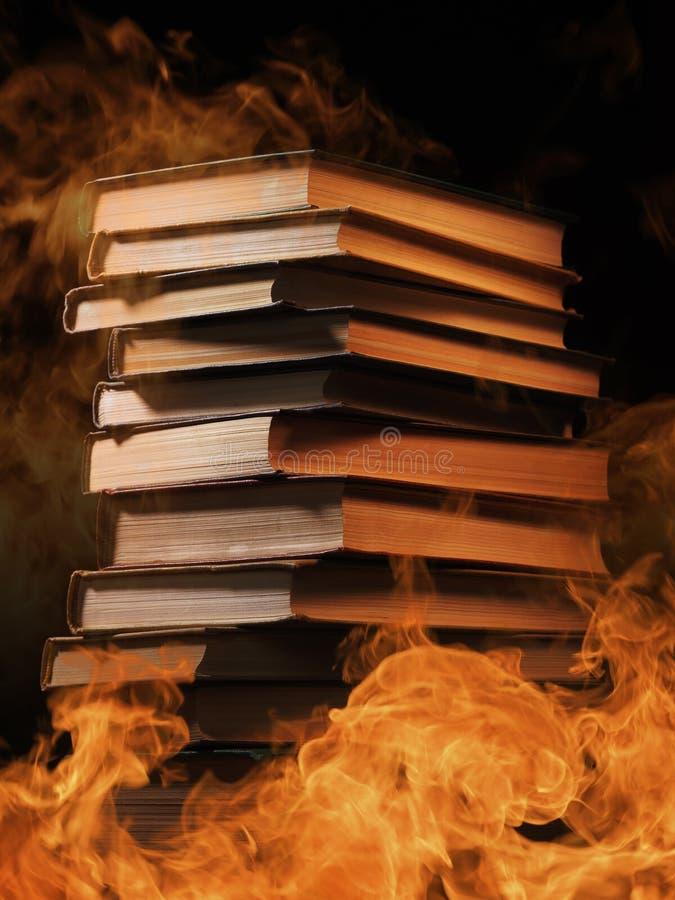Hardcoverboeken met wervelende rook stock foto