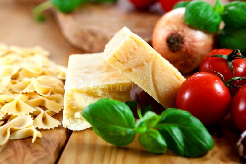Harde kaas en deegwaren met verse tomaten royalty-vrije stock fotografie