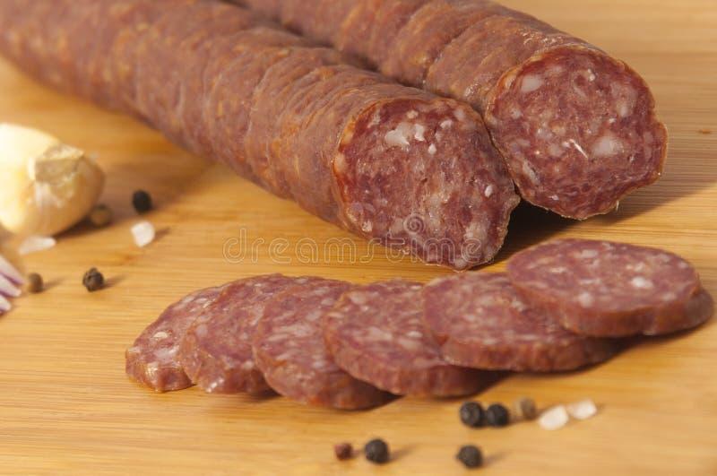 Harde salami Servische stijl - op scherpe raad - Cajna-kobasica royalty-vrije stock foto's
