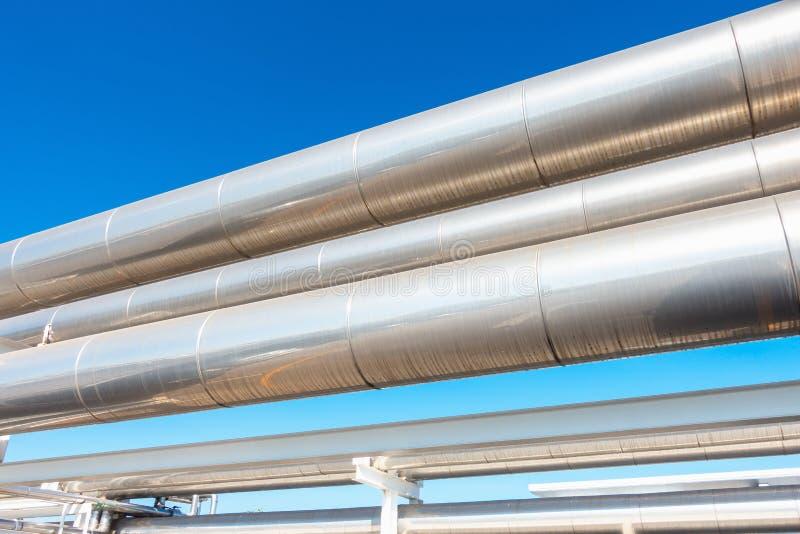 Harder of Stoompijpleiding en Isolatie van Productie in Olie en Gas Industri?le, Petrochemische Distributiepijp bij Raffinaderij stock afbeeldingen