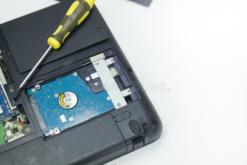 Hardisk no portátil no reparo diy do caderno do fundo branco foto de stock