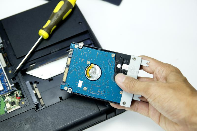 Hardisk no portátil no reparo diy do caderno do fundo branco fotografia de stock royalty free