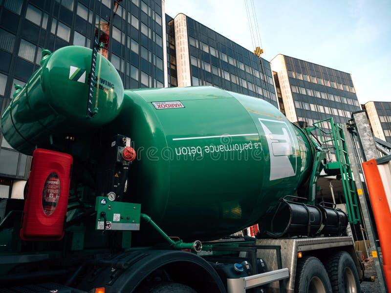 Hardox sur le ciment de site sur le mélangeur de ciment au chantier de construction photos stock