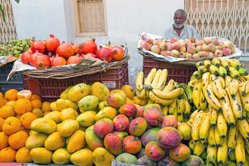 HARDWAR INDIEN - APRIL 24, 2017: Representant som säljer frukter på arkivbilder