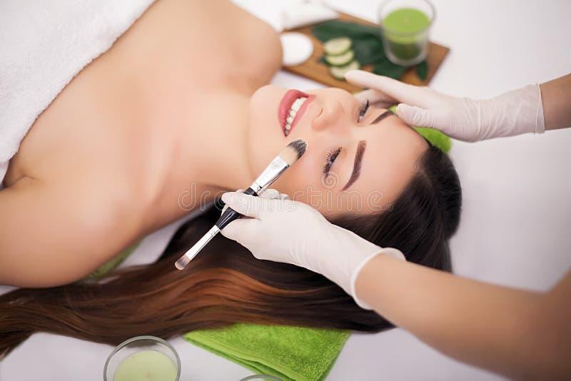 Hardware Cosmetology Nahaufnahmebild der reizenden jungen Frau mit lizenzfreies stockbild