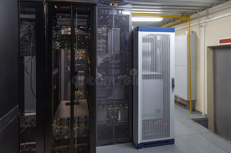Hardware interior industrial limpo do servidor da cremalheira no centro de dados imagens de stock