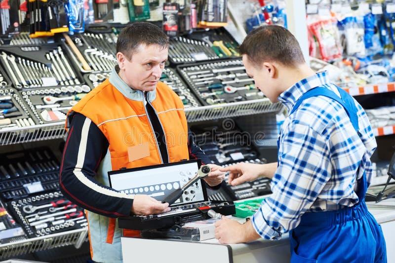 Hardwarer lagerarbetare eller köpare arkivbild