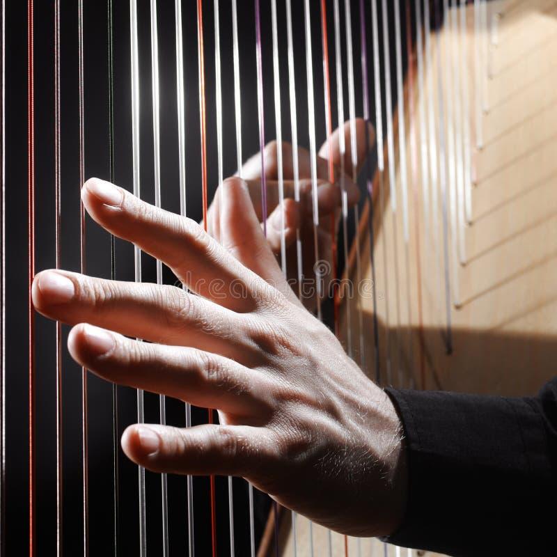 Harfe reiht Nahaufnahmehände auf lizenzfreie stockfotos